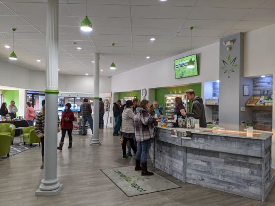 cannabiz-depot-lacrosse-store-front-desk-customers